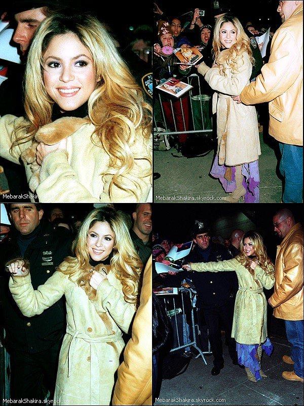 Découvrez les look de la belle Shakira Isabel Mebarak au cours de l'année 2002 Comment la trouvez-vous ? J'adore ses racines noir avec ses cheveux blonds, ça lui allait à merveille *_*