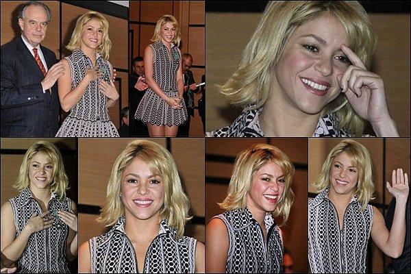 """28 Janvier 2012 : Shakira était présente à la remise de la Médaille de """"Chevalier des Arts et des Lettres"""" à Cannes Shakira était tellement adorable, ça fait plaisir de la voir encore plus souriante que d'habitude, un vrai petit rayon de soleil *_*"""