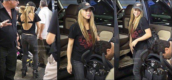 24 février 2014 : Shakira était avec ses fils et son demi-frère à l'aéroport international de Miami en Floride Mlle Mebarak était vraiment magnifique les cheveux lissés, j'aime bien sa tenue pour prendre l'avion elle est absolument ravissante ! :)