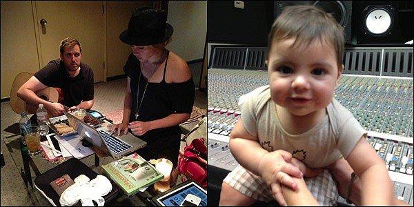30 juillet 2013 : Shakira a posté plusieurs nouvelles photos de Gérardet elle profitant de leursvacances Shakira & Gerard ont profité à fond de leurs derniers jours de vacances en mangeant en amoureux, nageant avec des dauphins...