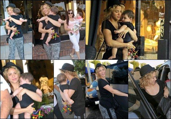 10 aout 2013 : Shakira & Milansortant de la boutique Bel Bambini à Los Angeles S. était mignonne et très naturelle encore une fois. J'aime assez son pantalon avec son T shirt noir. C'est simple et joli :)