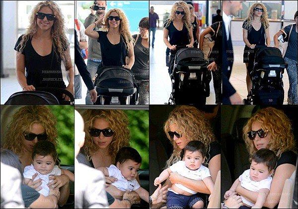 15 aout 2013 : Shakiraet son fils Milan arrivant à l'aéroport de Los Angeles pour se rendre en France La jolie colombienne était superbe avec sa petite robe noire et ses cheveux frisés, j'aime beaucoup les photos avec Milan dans ses bras.