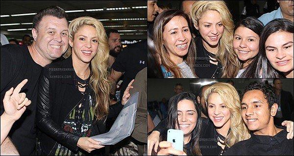 6 décembre 2016 : Shakiraa signé des autographes en arrivant à l'aéroport de Sao Paulo au Brésil La belle blonde a eu un super accueille auprès de ses fans brésiliens ! Elle était rayonnante et j'adore sa tenue, un petit côté rock :D