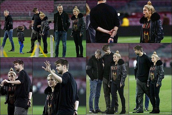 8 mars 2017 : Shakira, Gerard et Milan étaient sur le terrain du Camp Noupour le match PSG-Barça Shakira a l'air fatigué sur ces photos. J'aime bien son chignon ainsi que son tee shirt à lacets, le reste de la tenue un peu moins.