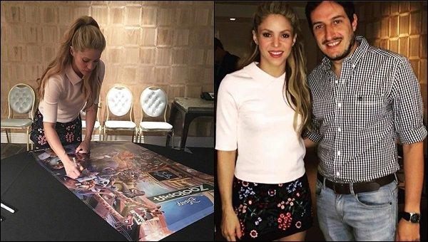 17 février 2016 : Shakira se préparant pour la première du film d'animation Zootopia à Los Angeles La belle a également signé quelques affiches du film. Elle était magnifique avec son petit polo et sa jupe à motifs fleuris, J'ADORE et vous ?