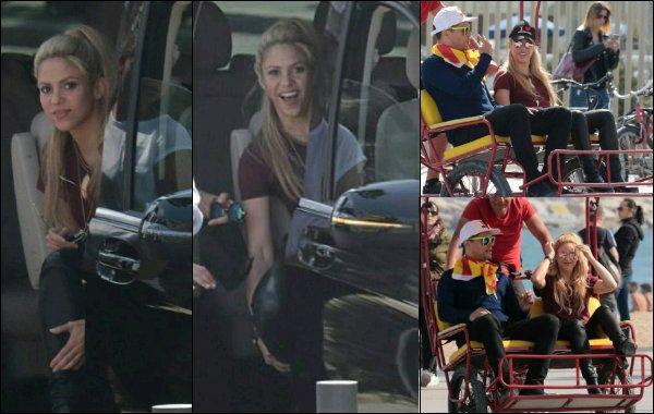 15 avril 2017 : Shakira était sur un tournage (encore inconnu pour l'instant) dans les rues de Barcelone J'aime assez sa tenue ainsi que sa coiffure, naturelle et toujours aussi jolie notre Shakira, hâte d'en voir un peu plus...! :)