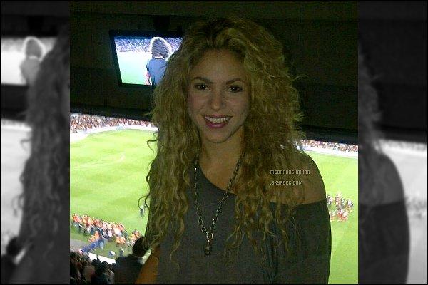 """29 aout 2013 : Shakira a posté une nouvelle photo d'elle dans les gradins du stade le Camp Nou à Barcelone Légende du Tweet de la belle :""""Hier après midi j'ai écrit de la musique et le soir j'ai célébré la victoire du Barça au stade !"""""""