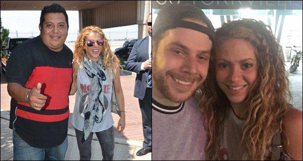 5 août 2018 : Shakira a pris quelques photos avec des fans à Toronto au Canada Shak était adorable ! J'aime beaucoup son débardeur et ses cheveux coiffés ainsi, un grand TOP !