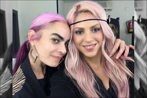 """18 décembre 2016 : Shakira a posté une nouvelle photo sur Twitter en compagnie de Bea Matallana Légende du Tweet : """"Avec Bea Matallana, dans ma loge, me préparant pour la promenade avec Pig Floyd"""" - J'adore sa perruque ♥"""