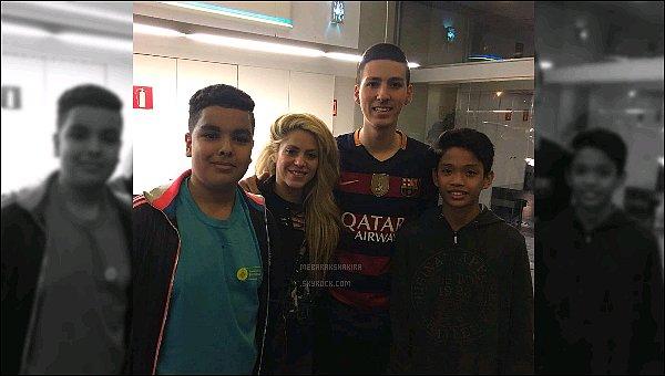 3 décembre 2016 : Shakira a posé avec des fanschanceux dans l'aéroport de Barcelone Shakira se rendait au Chili pour promouvoir son nouveau parfum DANCE Shakira. Toujours du temps à consacrer à ses fans !