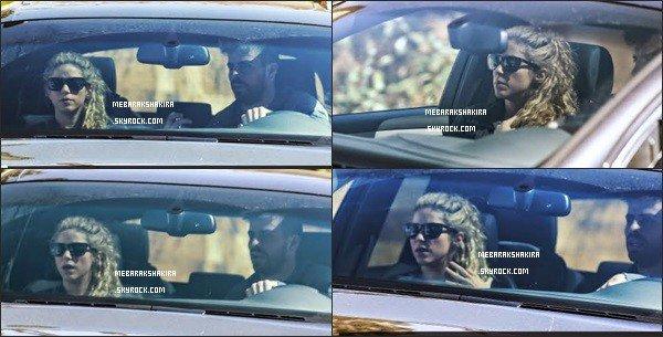 25 août 2014 : Shakira & Gerard ont été vu dans leur voiture dans les rues de Barcelone