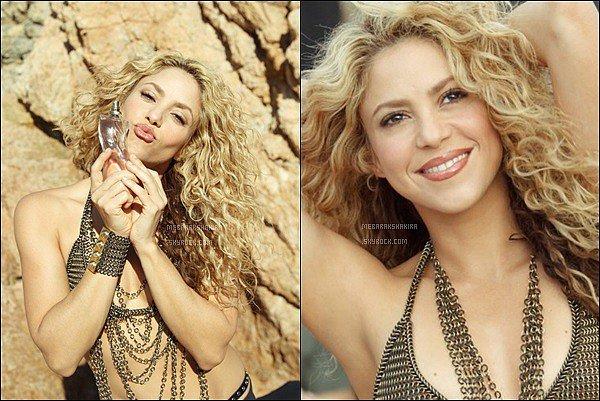 Découvrez la publicité pour le nouveau parfum de Shakira, DANCE ! S. est plus que ravissante dans ce spot publicitaire ! J'aime beaucoup ses cheveux et sa tenue, son déhanché est toujours au TOP *_*