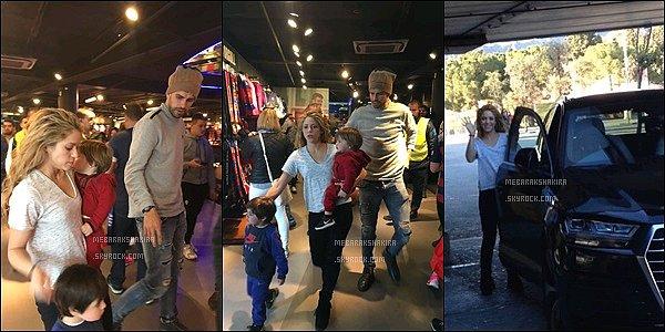 10 mars 2016 : La famille Piqué-Mebarak au complet est allée à la boutique du Barça à Barcelone Ils sont mignons tous les quatre ensembles. Pourvu que Gerard ne gardent pas longtemps cet affreux bonnet sur la tête x)