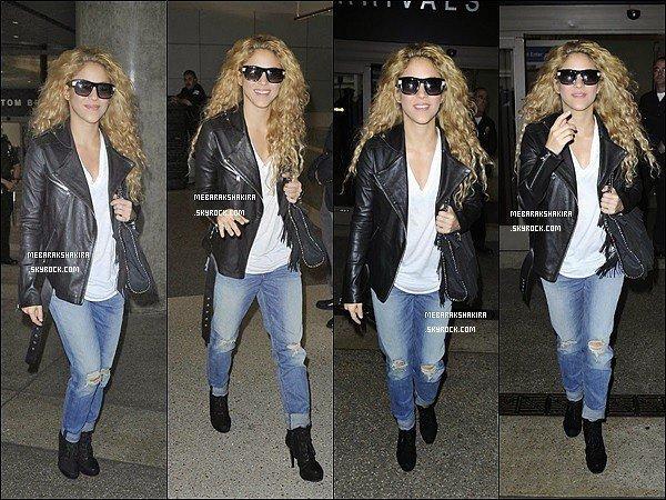 30 octobre 2013 : Shakira accompagné de son demi-frère Toninoarrivant à l'aéroport de Los Angeles Côté tenue : elle est superbe ainsi ! J'adore son jean troué avec sa veste en cuire et ses beau cheveux détachés, elle était au TOP !