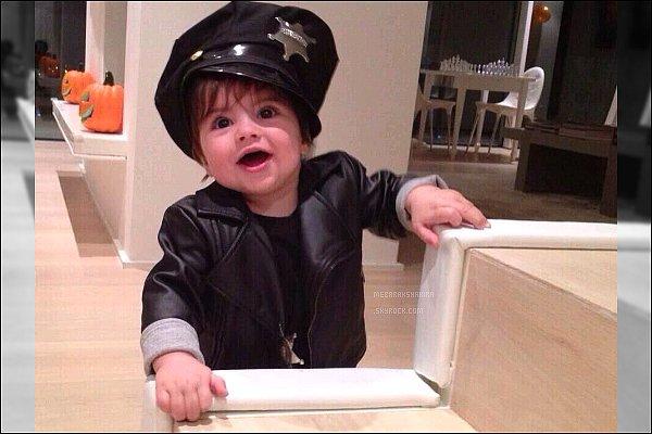 """31 octobre 2013 : Gérard a posé une nouvelle photo deMilan sur son compteTwitter pour Halloween Légende du Tweet du footballeur : """"Police Baby ! Happy Halloween to all ! Milan est adorable dans son petit costume de policier♥"""