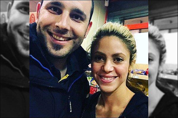 1er Novembre 2016 : Shakira et Gerard on pris une photo avec une fan à Barcelone Un sourire ? Elle ne semble pas réalisé avec qui elle pose...! Shakira est encore une fois adorable et souriante :)