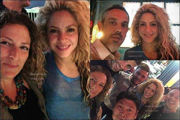14 Septembre 2016 : Shakira et Gerard ont pris plusieurs photos avec des fans dans un restaurant Côté look j'aime assez son petit haut bleu transparent, elle est encore une fois très belle avec sa superbe crinière blonde !