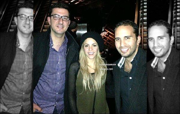 15 novembre 2013 : Shakira a pris une photo avec des fanslorsqu'elle était à Londres Shakira est très mignonne avec son petit bonnet sur la tête ! Même au naturel la jolie colombienne est rayonnante
