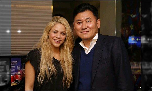 1er mars 2017 : Shakira a pris une photo avec un membre du Rakuten, Hiroshi Mikitani à Barcelone Shakira est superbe sur cette photo, j'aime beaucoup ses cheveux légèrement ondulés et son maquillage très discret, au TOP !