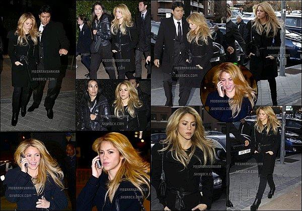 27 novembre 2013 : Shakira accompagné de son demi-frère Tonino marchant dans les rues de Madrid Un peu plus tard dans la journée la belle colombienne a pris l'avion en direction de Barcelone, où elle réside avec Gerard depuis 2011.