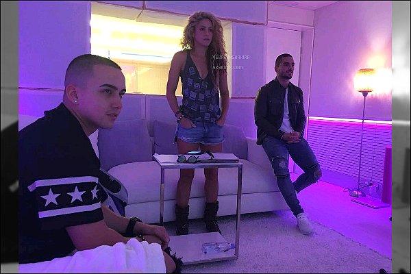 """14 Octobre 2016 : Shakira et Maluma travaillant sur leur singleen studio d'enregistrement Photo posté sur le compte Instagram du chanteur colombien, Maluma. Légende du poste : """"L'histoire est en train de changer"""""""