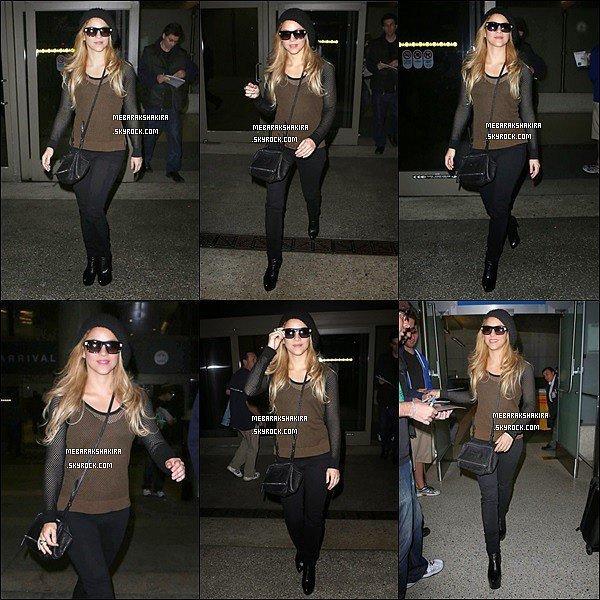 3 décembre 2013 :La belle Shakiraarrivant à l'aéroport de Los Angeles,où elle vapour tourner un clip vidéo Elle était superbe, sa tenue est pas trop mal. J'adore ses bottines. En tout cas elle est adorable et souriante à la sortie de l'avion :)