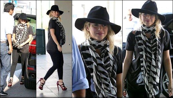 13 Octobre 2012 : Shakira Mebarak a rencontré des enfants de la ligue de football féminine à Baku Je trouve ça super que Shakira ait rencontré des enfants, la belle était rayonnante et toujours aussi souriante, un vrai rayon de soleil *_*