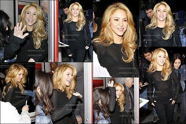 8 décembre 2013 : Shakiraétait de très bonne humeur & toute souriante à l'aéroport de Los Angeles Elle était toute belle en noir, de plus la transparence sur son haut donne un petit plus. Miss Mebarak était encore une fois au TOP