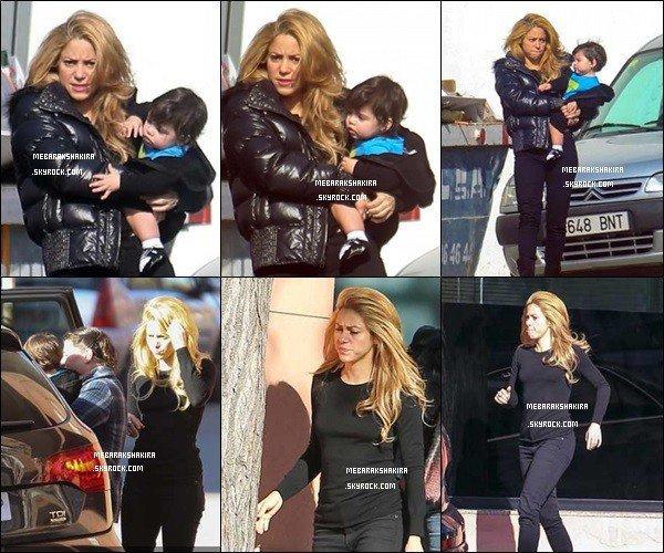 15 décembre 2013 : Shakiraet son filsMilanse promenant dans les rues de Barcelone + voici d'autres photos de Shakira le même jour de Mlle Mebarak avec un bonnet de noël, elle est mignonne avec :)