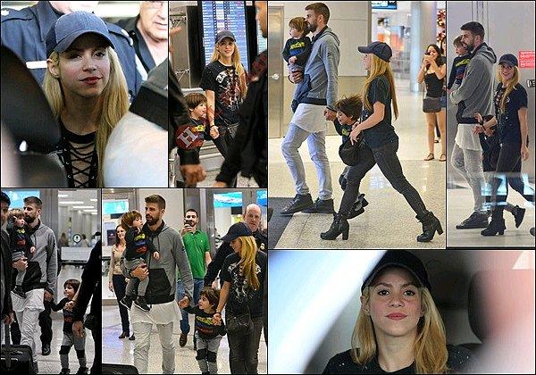 19 décembre 2016 : Shakira, Gerardet les garçonsarrivant à l'aéroport de Miami aux Etats-Unis S. était superbe ! J'aime beaucoup son Tee shirt à lacets, c'est TOP avec le reste de sa tenue, de plus elle est canon sans maquillage