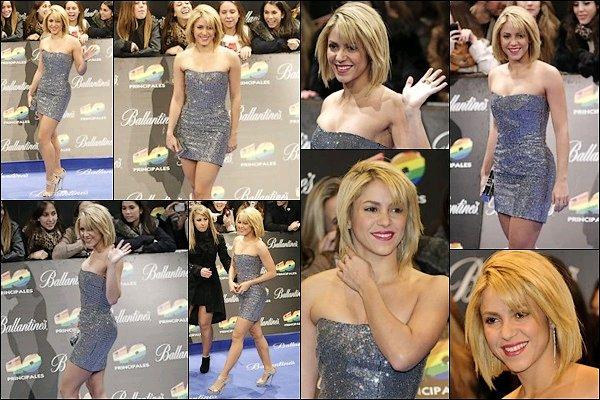 """9 décembre 2011 : Shakira était présente à la cérémonie """"Los 40 Premios Principales"""" à Madrid Shakira était superbe dans cette petite robe argentée, S. a reçu le prix de la meilleure artiste internationale (en espagnol)"""