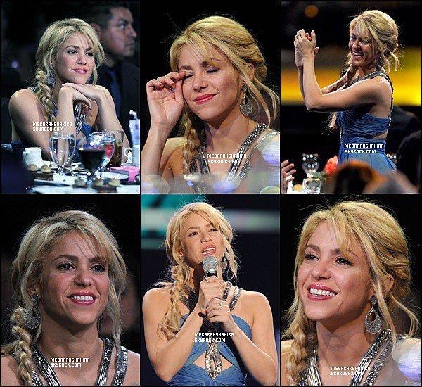 8 novembre 2011 : Shakira sur le tapis rouge des Latin Recording Academy's Person of the Year au Mandalay à Las Vegas. J'adore le dos de sa robe et sa coiffure, Shakira était vraiment magnifique *_*
