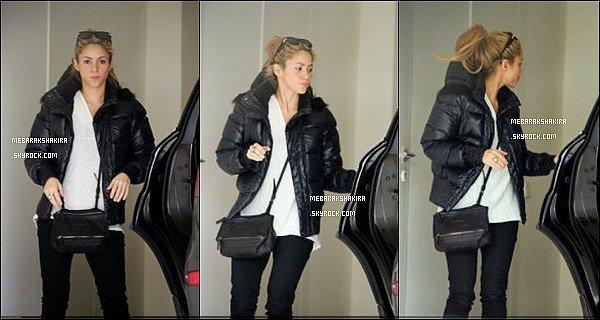 23 décembre 2013 :La belle ShakiraMebaraksortant duparkingde la clinique Teknon à Barcelone Côté look, j'aime bien sa doudoune et ses lunettes de soleil, et vous, vous aimez ? La jolie blonde était superbe au naturel.