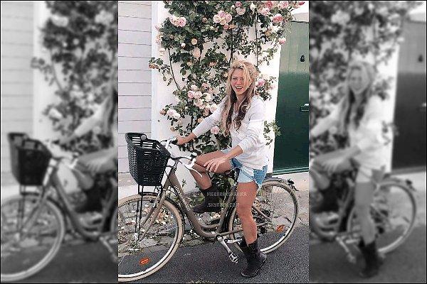 """15 Juin 2016 : Shakira a posté une nouvelle photo d'elle mangeant une pastèque sur son compte Twitter Légende du Tweet : """"Les couleurs de l'été. Shak"""". Elle est vraiment adorable avec son morceau depastèqueet sa casquette."""