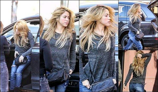 16 Janvier 2014 : La jolie Shakira Mebarak se rendant au studio d'enregistrement à Barcelone La petite colombienne était toute jolie et naturelle pour travailler sur son dixième album. J'aime assez sa tenue, et vous ? :)