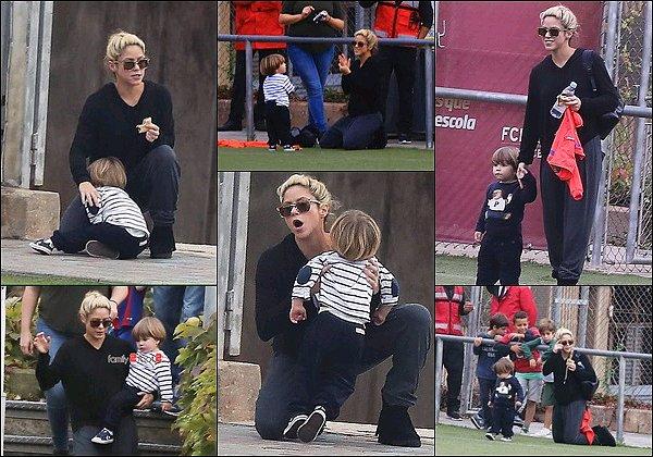 23 Octobre 2016 : Shakira a accompagné son fils Sasha au Football Club de Barcelone Shakira était habillé de façon très confortable, j'aime assez sa coiffure et ses lunettes de soleil. Sasha est juste adorable ! :D