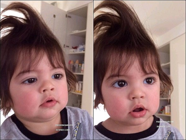 """25 Janvier 2014 : Shakira a posté une nouvelle photo de son fils Milan sur son compte Twitter Légende du Tweet : """"Uh oh, maman s'amuse avec mes cheveux."""" Milan est tellement mignon, j'adore sa petite bouille *_*"""