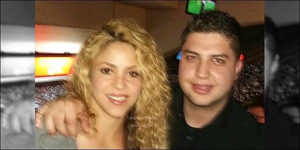 2 avril 2016 : Shakira a pris une photo avec un fan au milieu d'un court de tennis dans Barcelone La colombienne était ravissante, j'aime bien sa tenue de sport. Le fan avait l'air vraiment ravi de la rencontrer et on le comprend.. :)