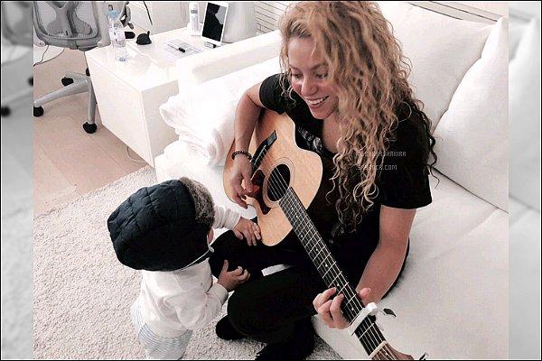 """11 avril 2016 : Shakira a posté deux nouvelles photos de son adorable petit bout de chou sur Twitter La belle maman a posté en légende : """"And it was all yellow"""". Sasha est vraiment trop mignon, quelle petite bouille d'amour !!"""