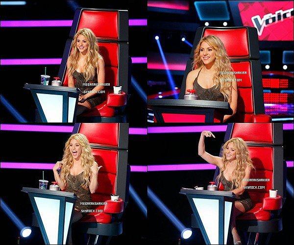 De nouvelles photos du premier épisode de la saison 6 de The Voice USA sont sorties Shakira est superbe dans sa petite robe et ses cheveux ondulés sont magnifiques également. La colombienne est toujours au TOP