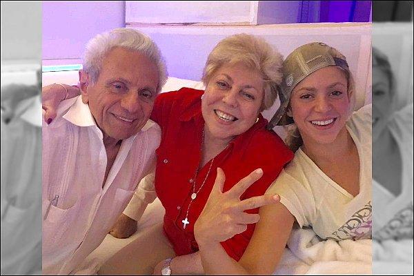 """23 Septembre 2016 : Shakira a posté une photo en compagnie de ses parents en studio d'enregistrement Légene de la photo : """"S'amusant avec mes parents dans le studio d'enregistrement avec la nouvelle musique !!! Shak"""""""