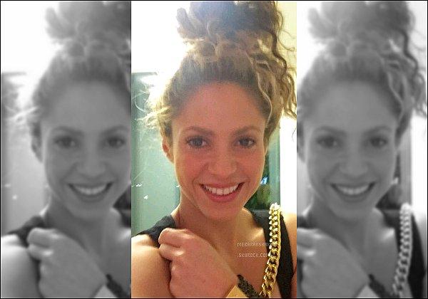 """4 septembre 2016 : Shakira a posté une nouvelle photo sur Instagram """"Sunday bunday ! Shak"""" Shakira est radieuse sur cette photo ! Sa coiffure est un peu spéciale mais elle reste très mignonne malgré tout ! :)"""