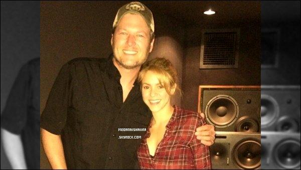 """8 février 2014 : Shakira a posté une nouvelle photo sur Twitter de Blake Shelton et elle. Légende :""""dans le studio en train de vous préparer quelque chose de bien avec mon ami Blake Shelton, qui m'a demandé de ne pas le couper sur la photo !"""""""