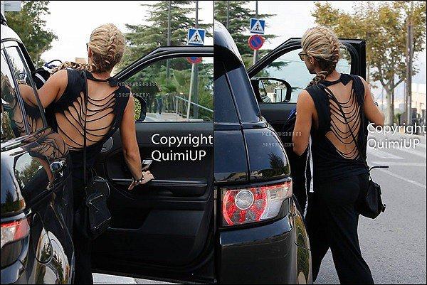 18 Octobre 2016 : Shakira a été aperçu se rendant à sa voiture dans les rues de Barcelone J'aime beaucoup son tee shirt, surtout le dos, son petit sac est assez mignon également, et vous, vous aimez sa tenue ?