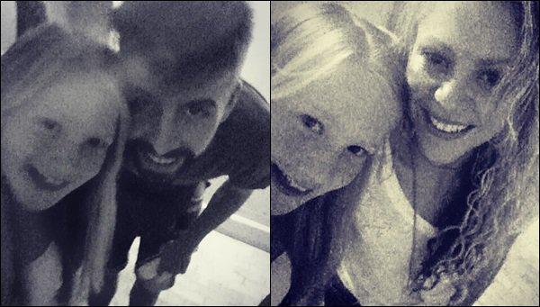 1er Juillet 2016 : Shakira a pris une photo avec une fan dans la ville deBarcelone en Espagne Elle est adorable, j'aime assez son pantalon fluide ainsi que son petit chignon, un look simple et décontracté pour l'été, vous aimez ?