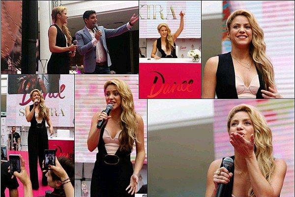 5 décembre 2016 : Shakira a continué la promotion de DANCE dans un centre commercial à Santiago  Shakira est adorable avec ses fans ! Toujours aussi souriante et c'est super qu'elle ai chanté un petit morceau de Chantaje :D