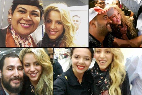 6 décembre 2016 : Shakira a pris des photos avec des fans à l'aéroport de Sao Paulo au Brésil Même après une longue journée, Shakira avait encore du temps à consacrer à ses fans, elle est toujours aussi adorable !