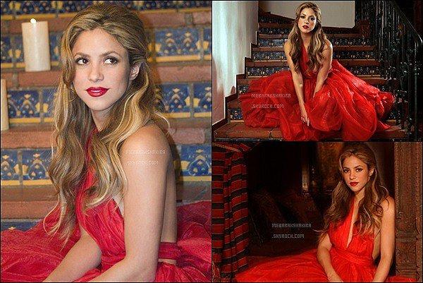 2007, Re-découvrez un ancien photoshoot de la ravissante bombe latine Shakira Mebarak Shakira est splendide sur ces clichés, j'aime énormément sa robe rouge. Ses cheveux sont magnifiques comme ça également :D