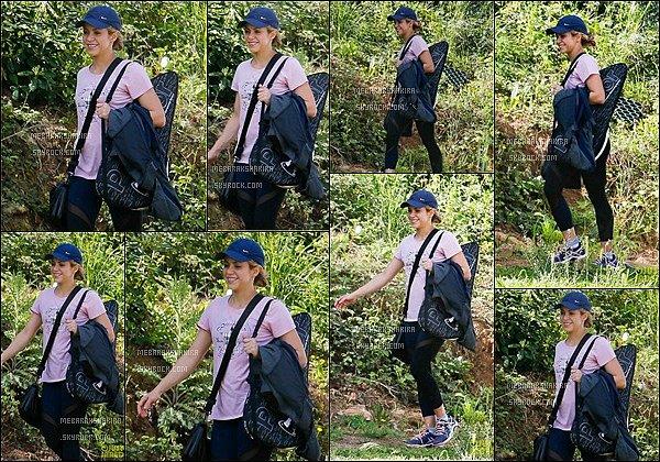15 avril 2015 :Shakira avec un grand sourire aux lèvres se rendant à son cour de tennis à Barcelone S. est magnifique ! J'aime bien sa tenue de sport, son leggings est super sympa, Mlle Mebarak a l'air d'être très en forme :)