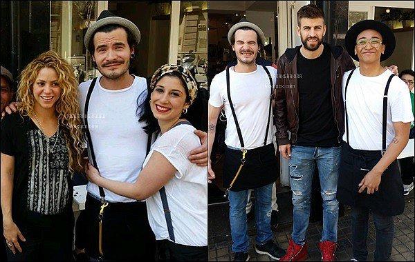 7 avril 2016 : Shakira et Gerard ont pris des photos avec des fans devant un restaurant à Barcelone S. était toute belle, j'aime beaucoup ses cheveux bouclés, en ce qui concerne sa tenue elle est simple et jolie, et vous, vous aimez ?